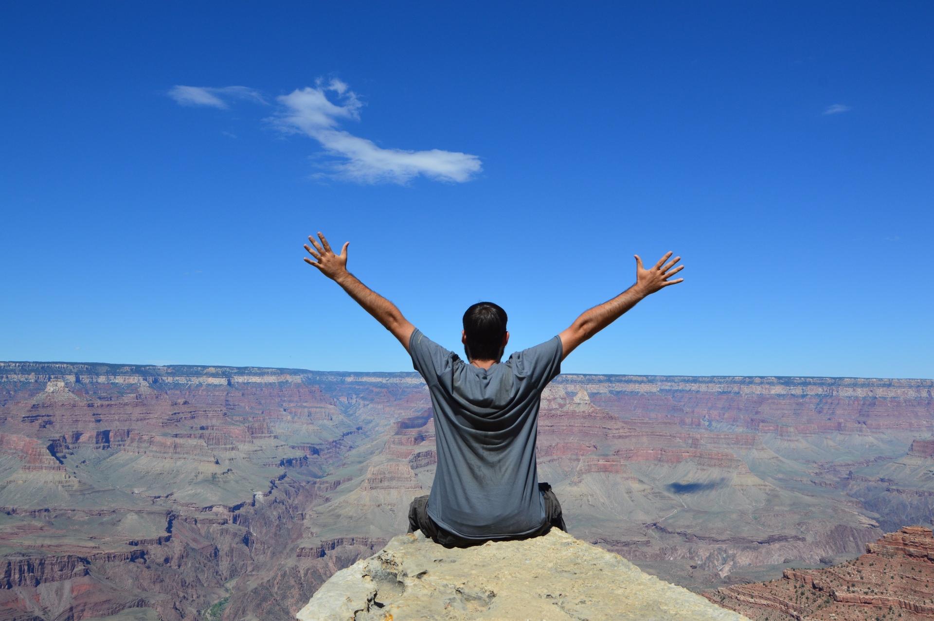 Sentado en el borde del Gran Cañón del Colorado