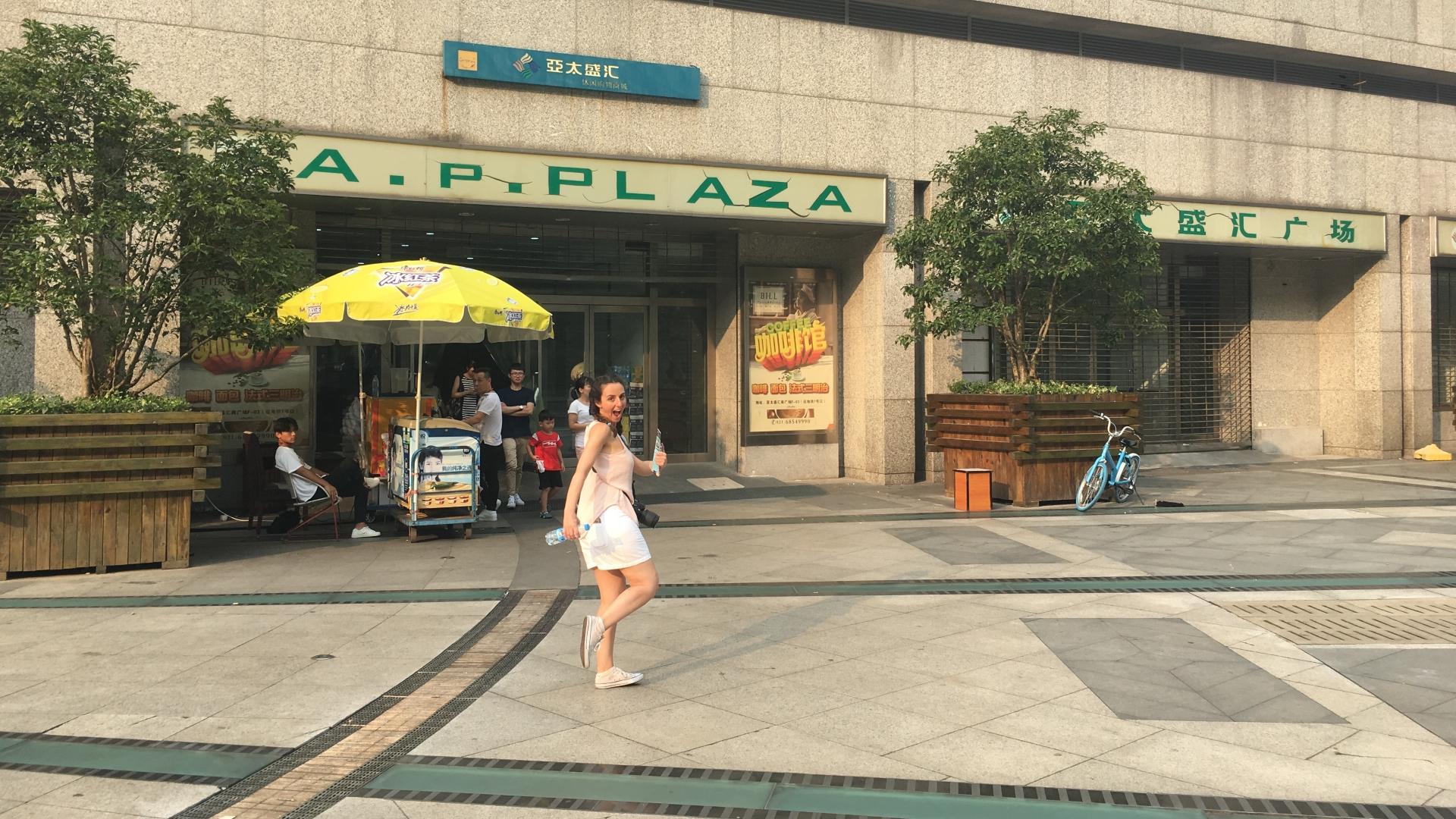 Pilar a punto de irse de compras en el mercado de Pudong