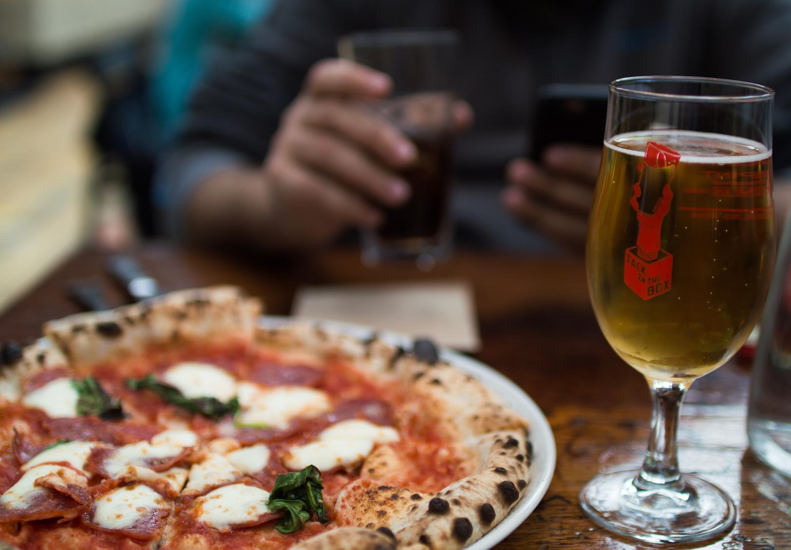 Mackie Mayor Pizza y cerveza